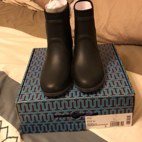 da24f5cbcb9 Tory Burch April rain boots. M 5a88ae9d9a945555abd33e18
